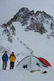 Засыпанные ночным снегопадом палатки в горах Тянь-Шаня